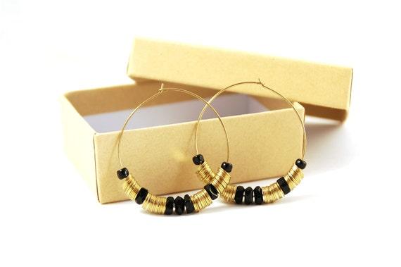 BOUCLES D'OREILLE // Créoles - Sequins en métal doré et perles noires