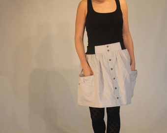 Skirt, short and in lightgrey cotton fabric with an elasticated waistband