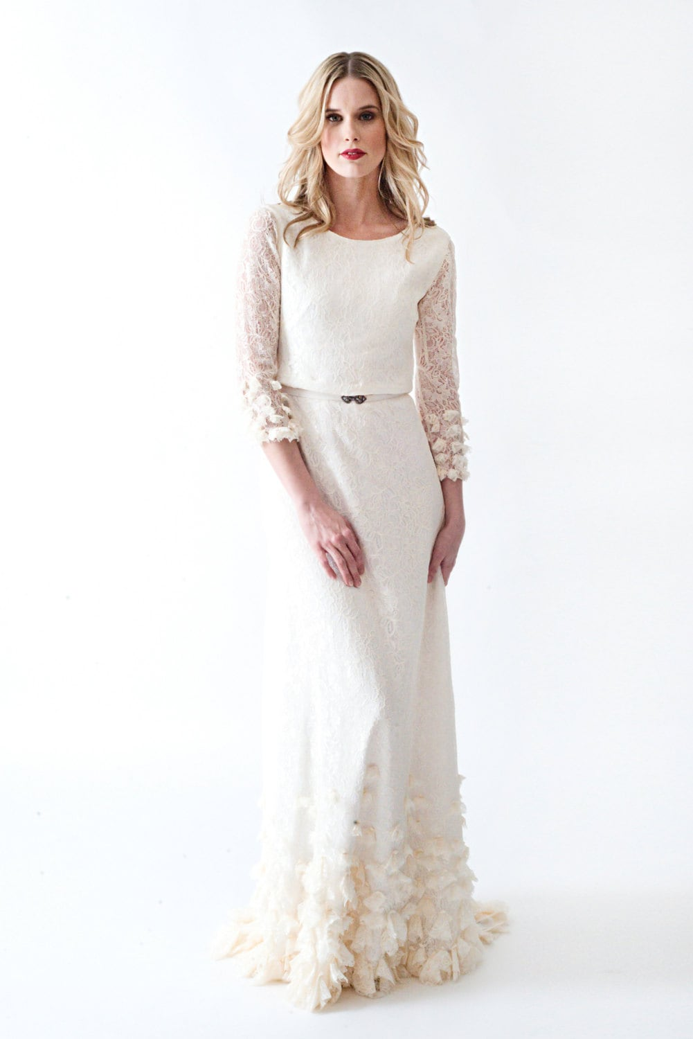 Sample sale lace boho vintage wedding dress with sleeves open for Wedding dresses with sleeves for sale