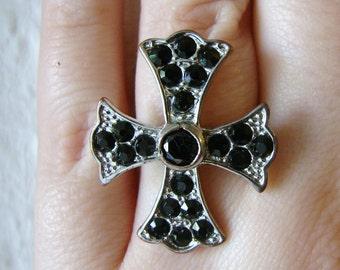 Vintage silver and black crystal cross ring- size 8