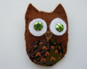 Felt owl brooch with sequin eyes, handsewn - brown