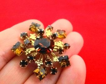 "Vintage gold tone 1.5"" topaz brown rhinestone brooch in great condition, appears unworn"
