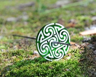 "Zephyr Celtic Swirl Pu-Yok Support Spindle in Emerald  - 2.25"" diameter whorl, 9.5"" tall, 18 g"