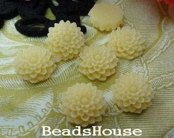 624-00-CA  8pcs Pretty Chrysanthemum Cabochon - Pale Ivory