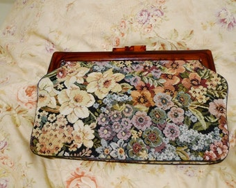 5% Off Sale. Vintage 50s Tapestry Needlepoint Floral Lucite Kisslock Clutch Bag. RARE Pristine Condition. Gorgeous.