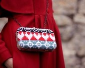 SALE (Was 78, now 45). Clutch Love  negro - knitted in red and blue.
