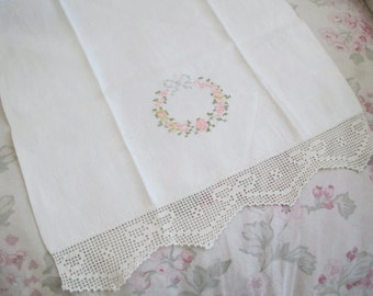 CUTEST VintageCross Stitch Embroidered Floral Wreath Ribbon Bow Crochet Edge Damask White Towel C27