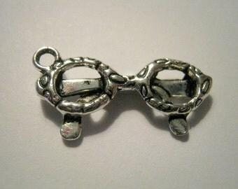 10 Antique Silver Eyeglasses Charm Pendant (1147)