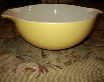 Vintage Yellow Pyrex Glass Bowl, Medium Sized Mixing Bowl with Handle and Mod Shaped Handle to hold while mixing things up