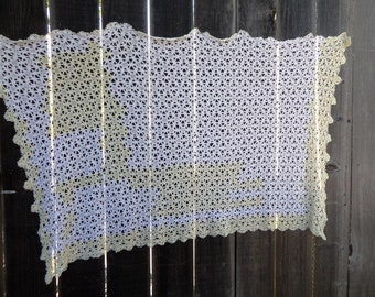 Vintage Crocheted Tablecloth / runner