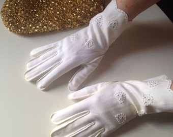 1950s dressy white wrist gloves with bead detail, small size