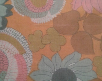 Beautiful fabric year 70. Large dimension. This fabric is new.