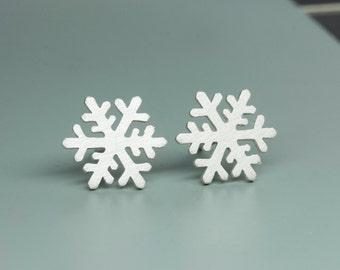 SALE-Snowflake stud earring in sterling silver, Winter earrings, Gift for her
