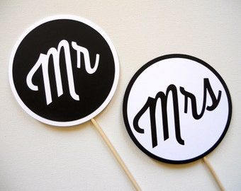 Mr and Mrs Photo Booth Props . Wedding Photo Booth Props . Mr and Mrs Wedding Signs . Wedding Photos . Black and White . Set of 2