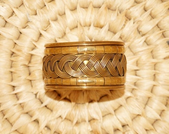 Vintage brass bracelet    Very detailed pattern    in perfect condition