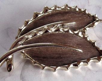 vintage Sarah Coventry signed gold tone faux wood leaf brooch - j4079