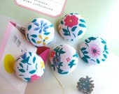Fabric Buttons, Retro White Blue Red Floral Flower Fabric Covered Buttons, Retro Wedding Floral Fridge Magnets, 1.1 Inches  5's
