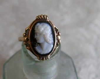 Vintage 10K gold ring with banded onyx cameo