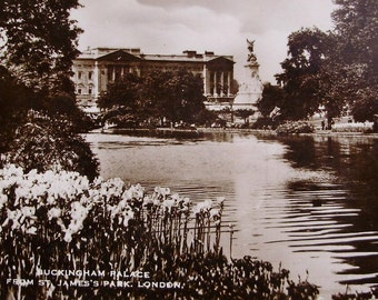 Buckingham Palace, St. James's Park, England -  Uncirculated Vintage Postcard RPPC