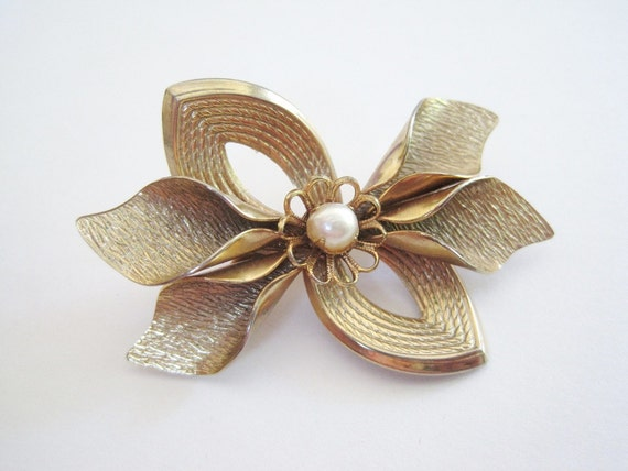 Vintage Brushed Gold Tone Ribbon and Leaf and Faux Pearl Brooch