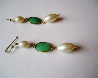 Chrysoprase and Faux Pearl Earrings ./. Vintage Faux Pearls and Green Stone Dangles ./. Pendants d'Oreilles ./. Green and Cream Dangles