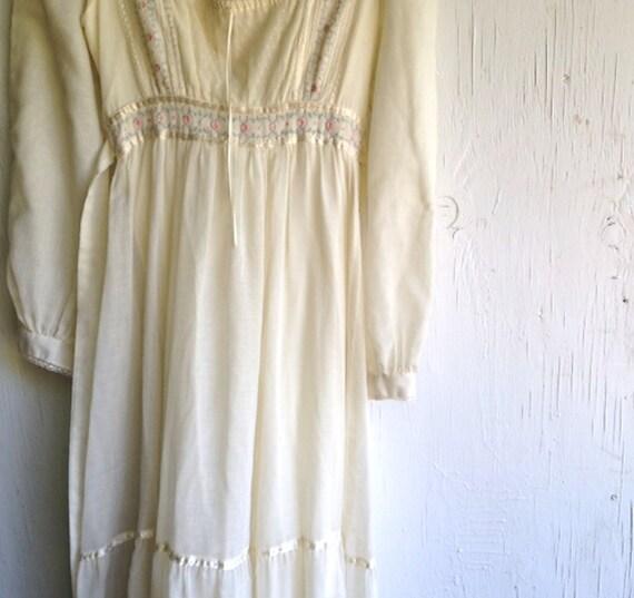 SALE rustic ivory spring prairie boho gypsy shabby bride vintage gown gunne sax 70s cream romantic meadows grassland wedding dress