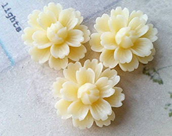 SPECIAL OFFER -- 26 mm Cream Chrysanthemum Resin Flower Cabochons (.ga) (zzb)