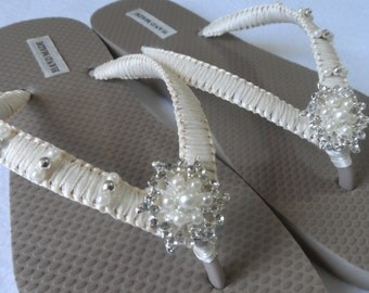 Bridal Ivory Flip Flops / Wedding Sand Color Flip Flops / Wedding Rhinestone Flip Flops / Bridal Sandals / Bridesmaids Shoes/ Wedding Shoes.