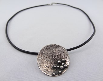 Silver Pendant neck black rubber-mounted