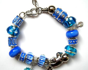 Very beautiful blue bracelet, bracelet charms and glass pearls to cms.
