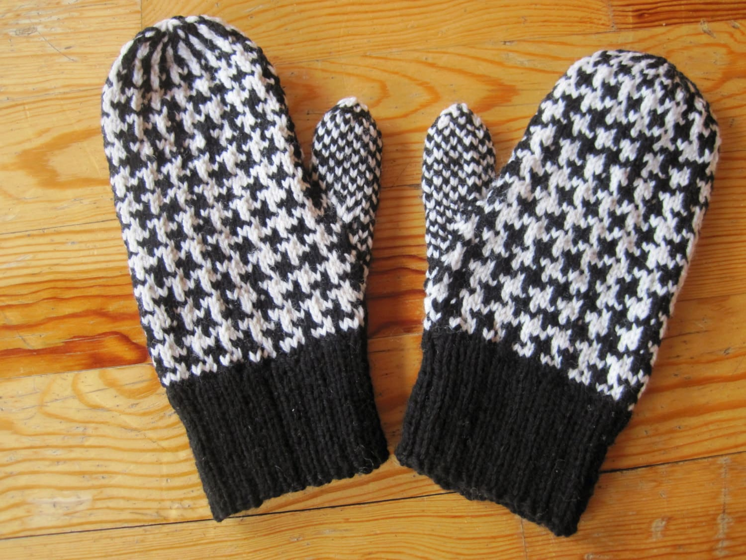 Baby Knitted Blankets Patterns : Wool Mittens Double Knit Black and White Dogstooth Pattern