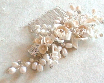 Bridal hair comb. Flower/ pearl decorative combs. Wedding head piece. Pearl flower hair comb.