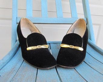 Vintage black velvet shoes with belt buckle detail, sz 7.5 AA