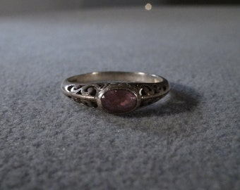 vintage sterling silver fashion ring with side set oval amethyst stone and filigree setting, size 9    M
