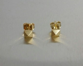 Pyramid Gold Stud Earrings (14 Karat Yellow Gold)