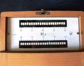 vecchio misuratore di frequenza, frequenzimetro d'epoca, oggetto per costruire le linee telefoniche, oggetto per controllo delle frequenze
