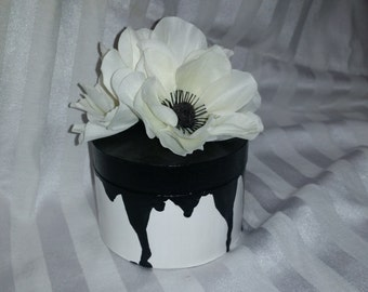 Round white and black box with flowers