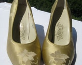 Vintage Pointy Kitten Heel Shoes in Gold Silk Taffeta with Asian Motif - by Jan's Shoes of Hong Kong - Circa Early 1960's