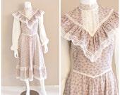 Vintage GUNNE SAX by Jessica calico print prairie dress. Pink floral print, lace ruffle bodice. 1970s. S / M