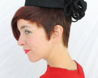 FREE U.S. SHIPPING / 1940s Black Felt Open Tilt Topper Hat with Looped Side Fringe Detail by Beth Hats