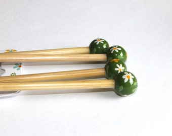 Bamboo Knitting Needles, Hand Painted, 40 cm long (15 inches aprox) - 5 mm/US 8 - Leaf Green Top