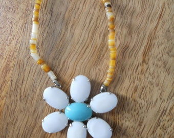 1960s 1970s 1980s fun daisy flower power beaded necklace