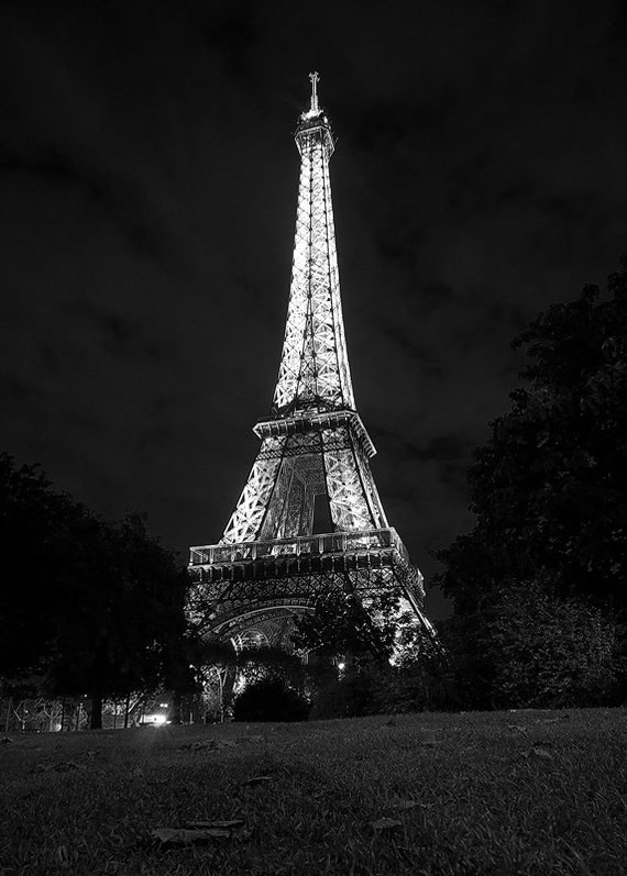 nuit de eiffel tour eiffel paris noir et blanc romantique. Black Bedroom Furniture Sets. Home Design Ideas