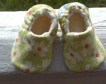 Baby Shoes, Girl, Baby bootie, baby Slippers, Flannel, Cotton, Organic sherpa, Flowers,  Amy Butler fabric