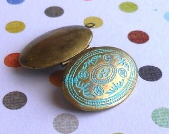 brass oval locket , VERDIGRIS antique bronze brass locket 1 pc, jewelry making pendant charm finding, photo locket