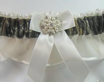 MOSSY OAK CAMOUFLAGE wedding garters pearl / rhinestone camo garter ivory Keep