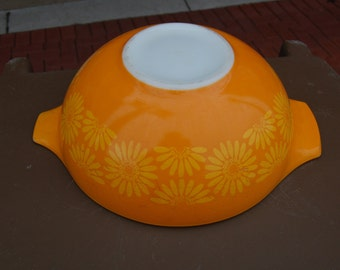 1970's vintage Pyrex bowl. Orange with yellow flowers. Daisy.
