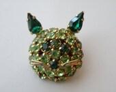 Warner cat pin, brooch. Peridot, emerald rhinestones, gold plate metal.