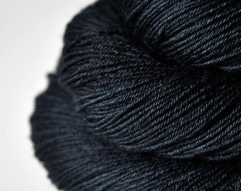 A dark storm is coming - BFL Sock Yarn Superwash - LSOH