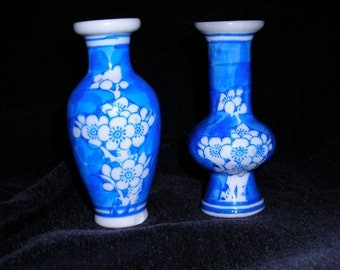 Tiny blue and white flowered vases, Chinoiserie style